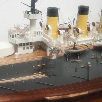 Maquette d'un cuirassé de la flotte Impériale Russe Le Cesarevitch. 126 x 130 x...