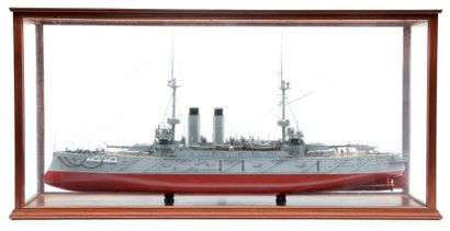 Maquette du cuirassé japonais «Asashi» Sous vitrine. 143 x 34 x 70 cm