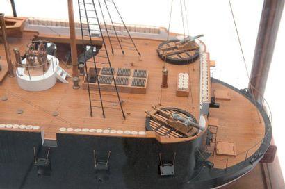 Maquette du ponton français «Arrogante» Sous vitrine. 104 x 44 x 52 cm