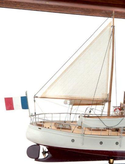 Maquette du yatch français «La Cannelle» Sous vitrine. 78 x 24 cm