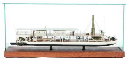 Maquette de bateau fluvial de la Marine Impériale Russe Sous vitrine. 63 x 17 c...