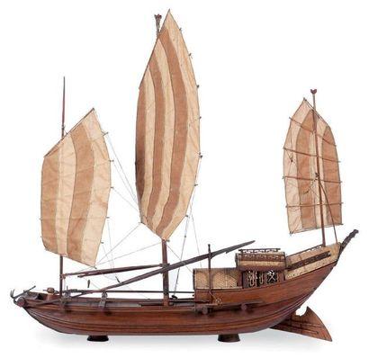 Maquette d'une jonque 75 x 67 x 15 cm