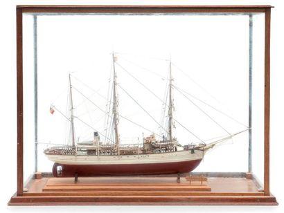 Maquette du trois mâts «Pourquoi pas?» Sous vitrine. 86 x 35 x 69 cm