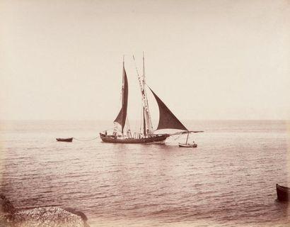 Ensemble de 11 photographies de bateaux devant...