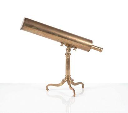 Télescope Grégorien en laiton reposant sur...