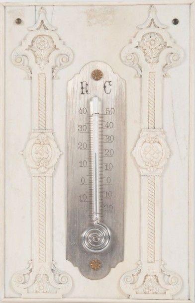 Thermomètre reposant sur une plaque en ivoire...