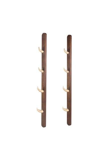 Deux supports de harpons en acajou et huit...