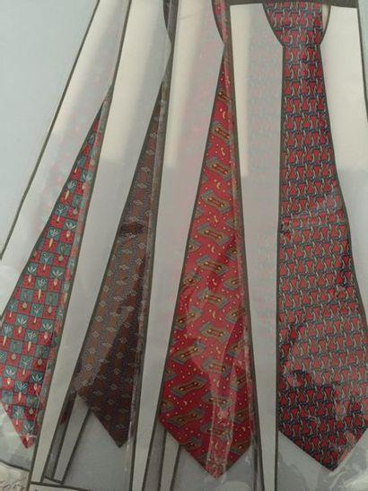 HERMES Paris Lot de 4 cravates en soie imprimée...