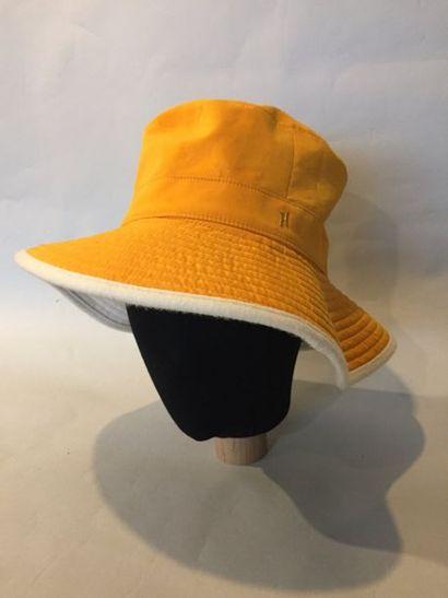 HERMES Paris  Chapeau en suèdine orange et...