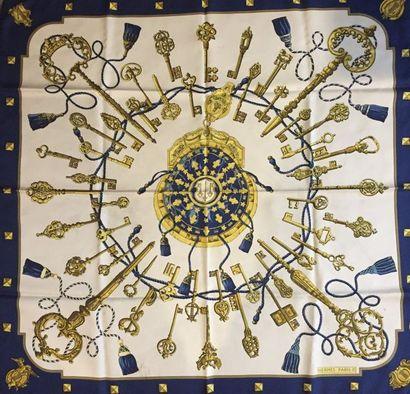 """HERMES Paris """"Les clés"""" par Caty Latham - Carré en soie ivoire, or, kaki et bleu..."""