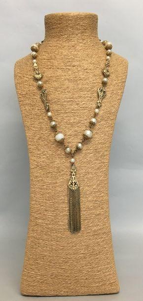 CHANEL Sautoir en métal doré et perles nacrées...