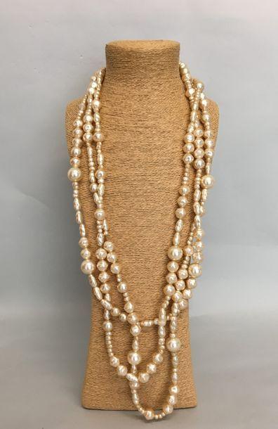 Sautoir de 3 rangs de perles nacrées baroques...