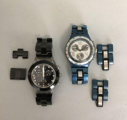 2 montres SWATCH en métal laqué noir et brillant...