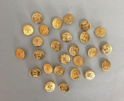 CHANEL Lot de 26 boutons en métal doré au...