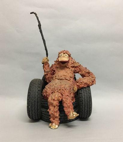 LILI CRONEMBOURG Gorille sur son trone pneu...
