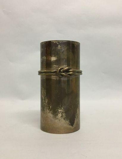 Vase cylindrique en métal argenté à décor...