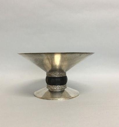 Coupe ronde sur piedouche en métal argenté...