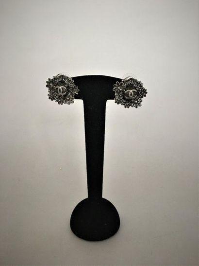 CHANEL Paire de boutons d'oreilles en métal...