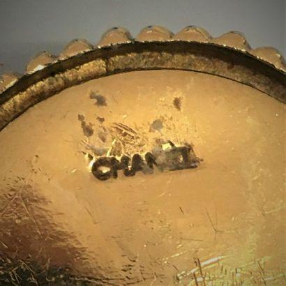 CHANEL Paire de clips d'oreilles circulaires en métal doré à pourtour godronné centrés...