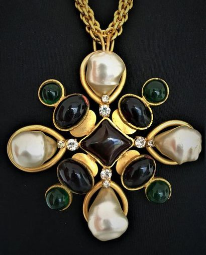CHANEL Made in France 2009 Collier en métal doré à pendentif croix orné de perles...
