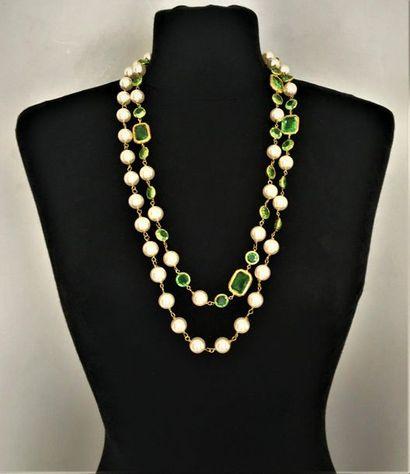 CHANEL Made in France Sautoir en métal doré orné de perles nacrées et vertes taillées...