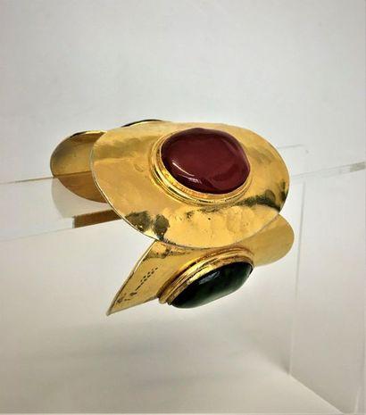 CHANEL Made in France Manchette à motifs ovales en métal doré martelé ornée de 3...