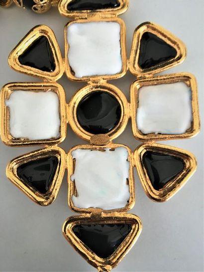 CHANEL Collier à motif croix en métal doré cabochons et goutte de pâte de verre...