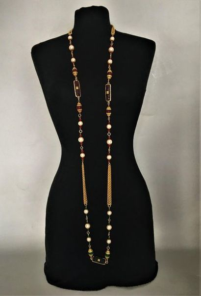CHANEL 1983 Sautoir en métal doré à 3 brins perles nacrées perles et batonnets de...