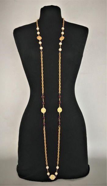 CHANEL Made in France Sautoir en métal doré maille épi orné de perles de verre ambré...