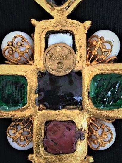 CHANEL Made in France Collier en métal doré à maillon double retenant une croix...