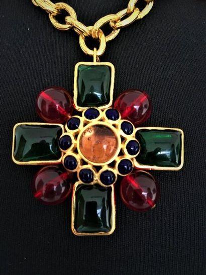 CHANEL Made in France Collier en métal doré maille olive à 3 pendentifs croix ornés...