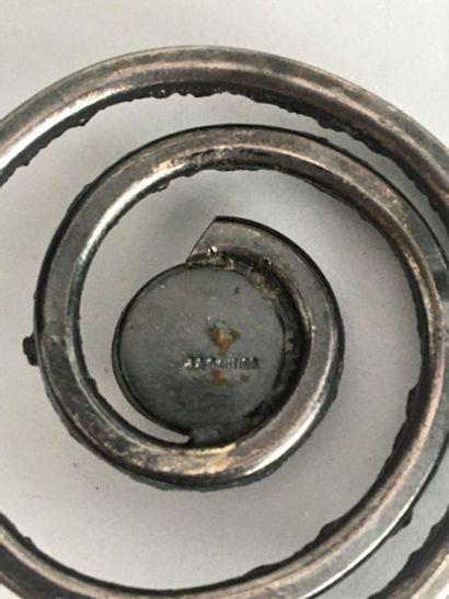 JACQUES GAUTIER Broche spirale en métal argenté patiné et cabochon d'émail translucide...