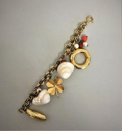YVES SAINT LAURENT Bacelet en métal doré à maillon double et breloques coquillage...