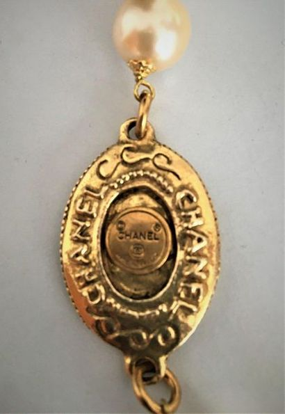 CHANEL Made in France Long sautoir en métal doré à motifs au nom et sigle de la...