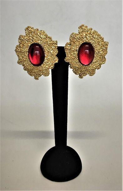 YVES SAINT LAURENT Paire de clips d'oreilles en métal doré sablé et cabochons de...