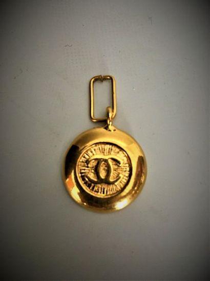 CHANEL Médaille en métal doré au sigle de...