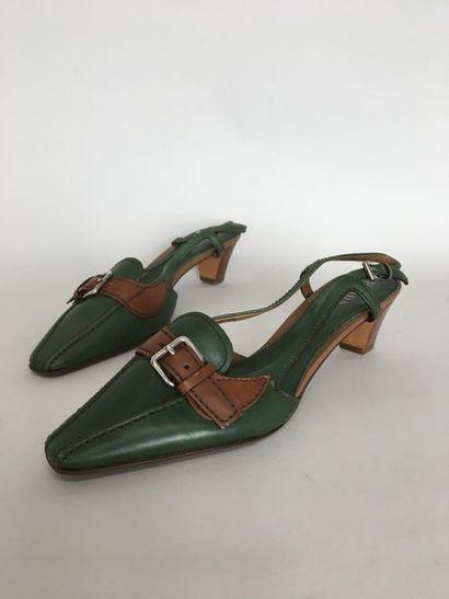 PRADA Paire de souliers à bride en cuir vert...