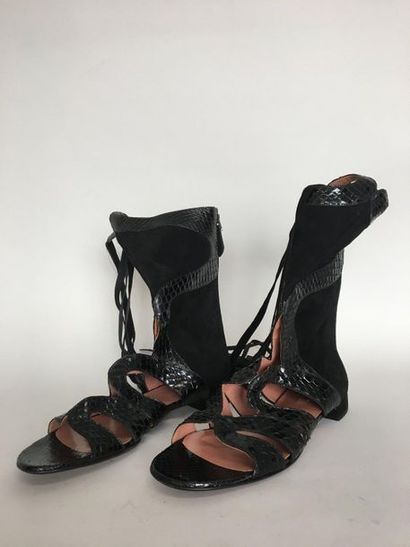 ALAIA Paire de souliers montants découpés...