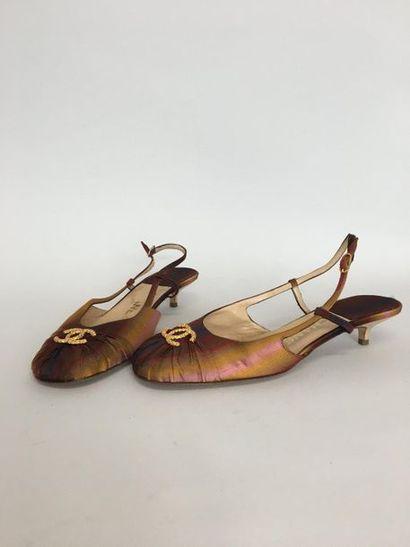 CHANEL Paire de souliers à bride en soie...
