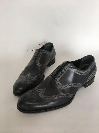 LOUIS VUITTON Paire de souliers en cuir gris...