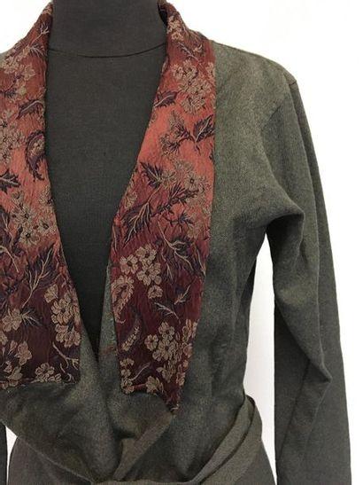 DRIES VAN NOTEN Veste longue japonisante en lainage gris et col damassé lie de vin...