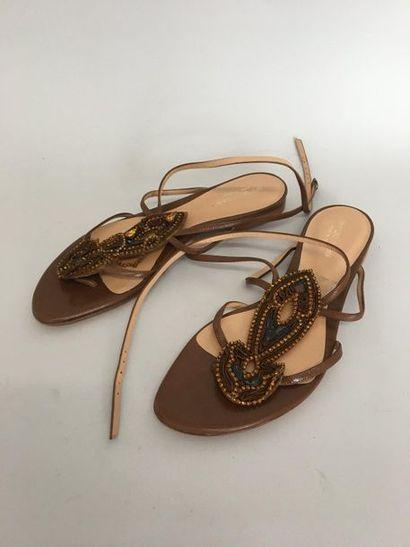 SERGIO ROSSI Paire de sandales en cuir beige...