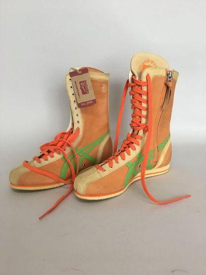 ONITSUKA TIGER Paire de boots en daim abricot...
