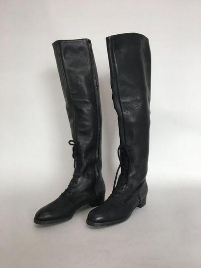 Paire de bottes en cuir noir et lacet Taille...