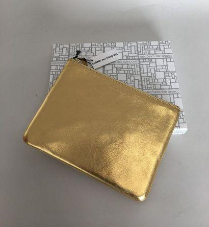 COMME DES GARCONS Pochette en cuir doré dans...
