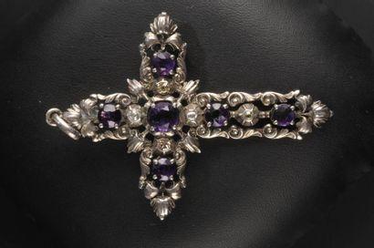 Croix en argent ajouré ornée de diamants...