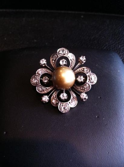 Broche fleur en or et argent ornée d'une...