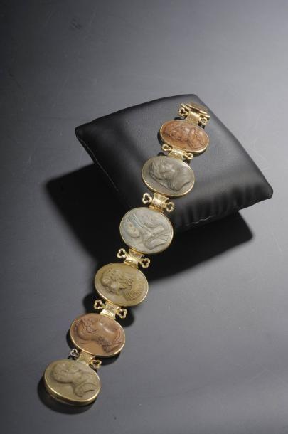 Bracelet romantique en métal doré orné de...
