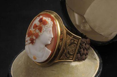 Important bracelet en or et cheveux tressés...