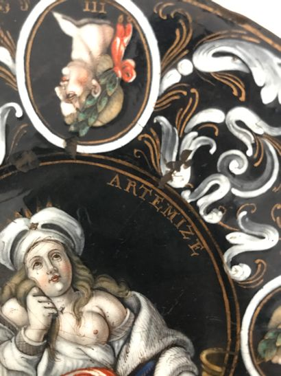 Limoges Coupelle représentant Artémize en émail polychrome et rinceaux en grisaille...